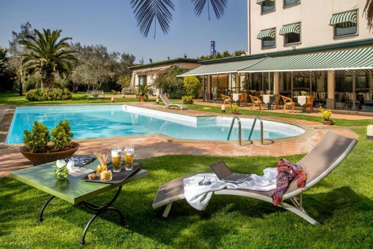 Parco con piscina bw park hotel roma nord fiano romano for Piscina roma